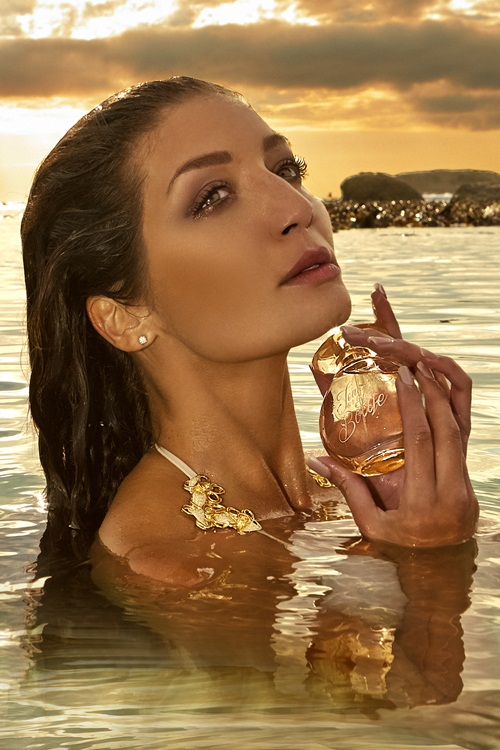 Jeannie In A Bottle's fruity and citrusy top notes are seductively infused with sophisticated floral and spicy-woody middle notes, with a base note of amber, musk, tonka bean and vanilla.